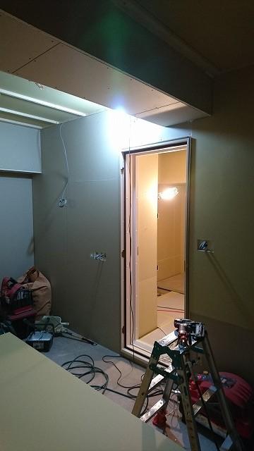 断熱材を詰めたあと、石膏ボードを張り重ねて防音室側の壁と天井を作っています。