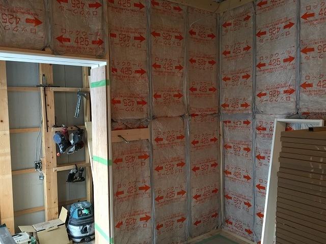 躯体壁と防音室壁の空気層に断熱材をぎっしり詰めています。