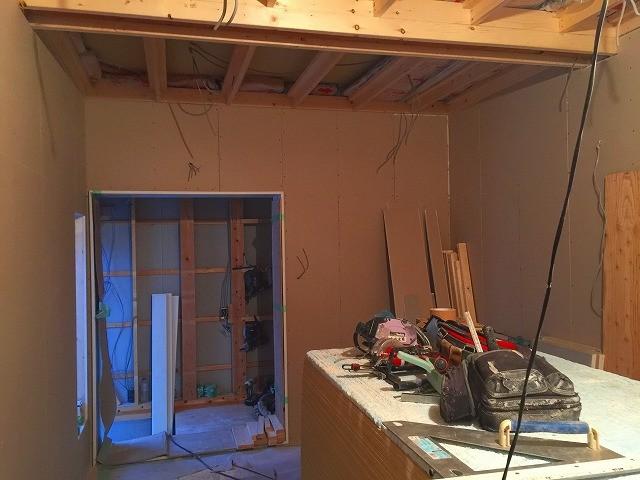 断熱材工事のあと石膏ボードを張り重ねて防音室側の壁と天井を作っていきます。