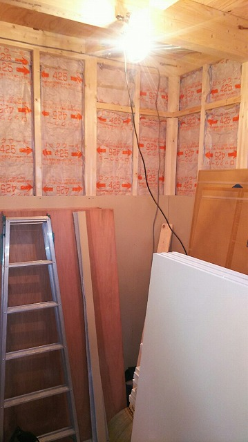 本体工事が進み、弊社の木工事が始まりました。