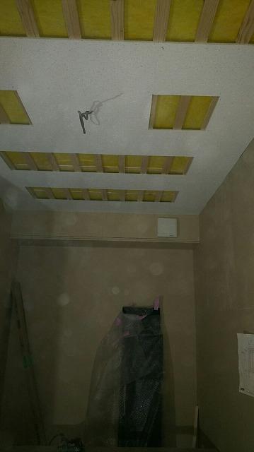 遮音補強後に天井を吸音天井に仕上げていきます。 バンド室なのでデットな空間に仕上げていきます。