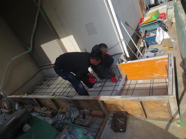 増築する部分の基礎工事が始まりました。 下地を組んでいます。