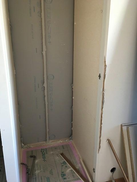 解体作業を行いました。既設収納を一度取り壊し、反転させて廊下側から使える収納につくり直します。