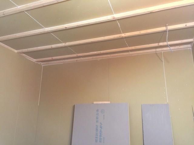 防音室側のボード張りも進み、天井は遮音補強が完了しました。