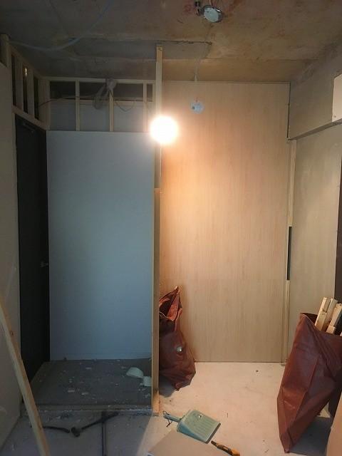 床や天井を解体しました。 マンションの場合、床下や天井裏がない場合が多いですが、限りある空間を最大限に利用し計画をします。