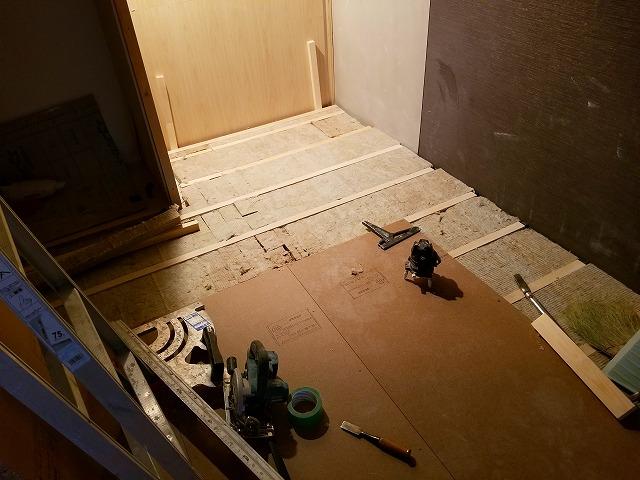 ゴムで浮かせた浮き床を施工しています。