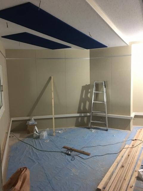 弊社の木工事が完了しました。 本体工事に引き継ぎクロスや電気工事などの仕上げをしていただきます。クロス施工後に壁パネルを設置に伺います。