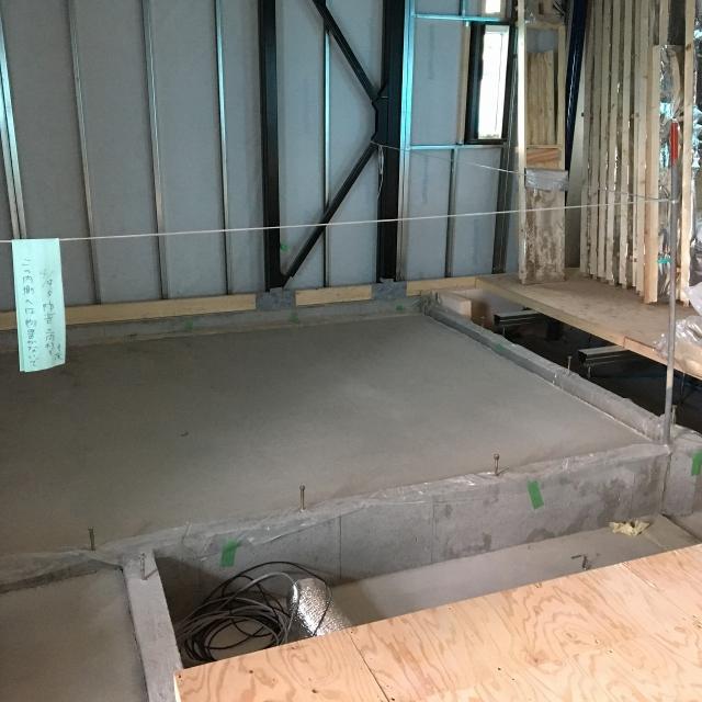 先に浮き床コンクリート工事に入らせていただきました。 本体工事に合わせて木工事に入ります。