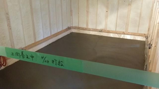 本体工事に合わせて浮き床コンクリート工事に入りました。 連休明けから木工事に入ります。