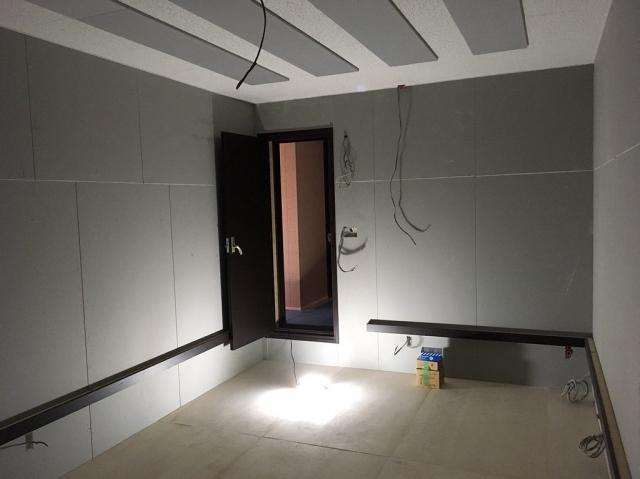 弊社の木工事が完了しました。 本体工事に引き継ぎクロス工事や電気工事などの仕上げをしていただきます。 仕上げ後に壁の吸音パネルの設置に伺います。
