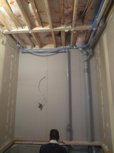 解体後に浮き床コンクリートの下地組みを行います。