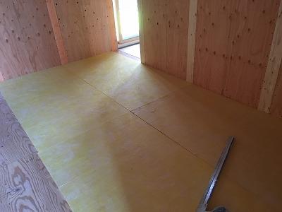 まずは浮き床を施工します。