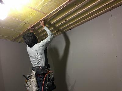 吸音天井造作を行い、木工事が完了です。 本体工事に引き継ぎ、完了検査後にクロス工事などの仕上げにお邪魔します。