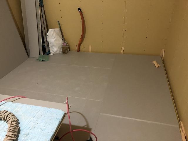 弊社の木工事が始まりました。 浮き床を施工しました。