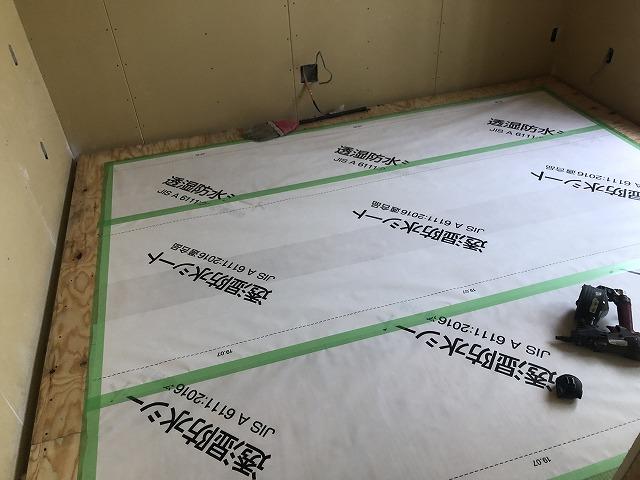 本体工事が進み、弊社の工事が始まりました。 浮き床を施工しました。