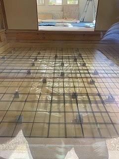 解体を行い浮き床コンクリートの下地を組みました。