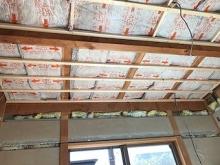 躯体天井の遮音補強をしています。