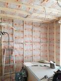 躯体壁と防音室側の壁の間に断熱材を詰めています。
