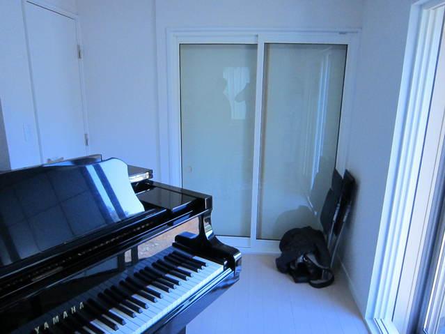 開口部の多いピアノ室です。4面すべてに窓とドアがあります。このような計画の場合どうしてもコストが上がってしまいます。