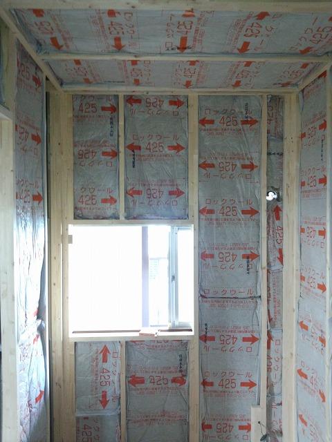 躯体の遮音補強後、防音室側の柱をたて 2重構造をつくっていきます。