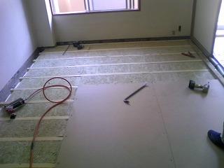 解体後、浮き床をつくっています。
