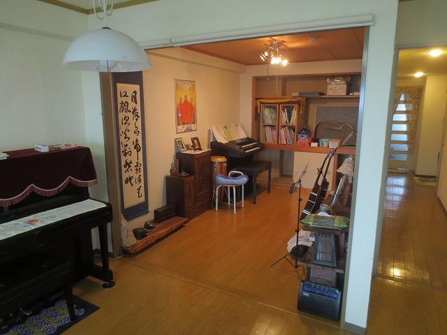 改修前のお部屋です。 和室ですが、床のみリフォーム済みで フローリングです。