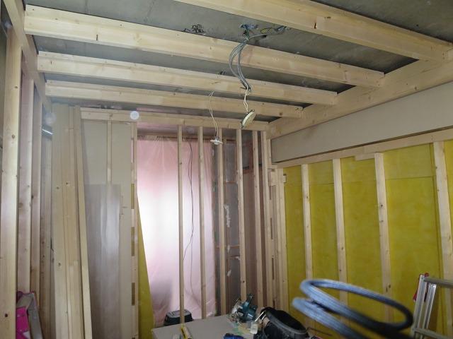 押入れも取り壊し新しい柱を立てて遮音補強をしていきます。