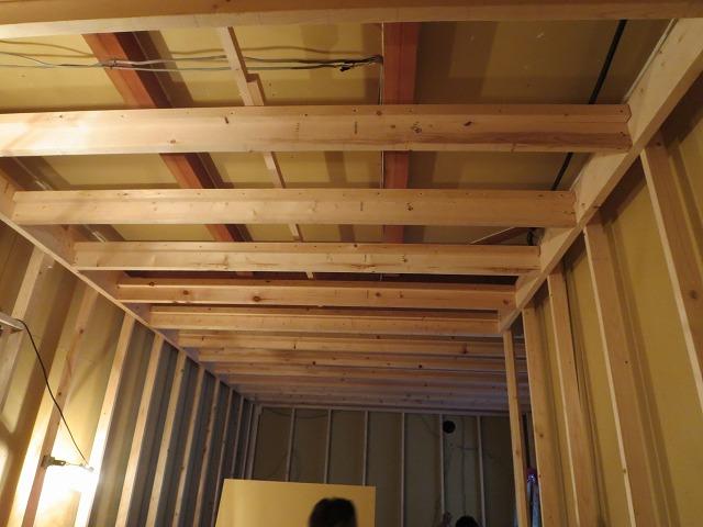 躯体の遮音補強後、防音室側の柱をたてていきます。