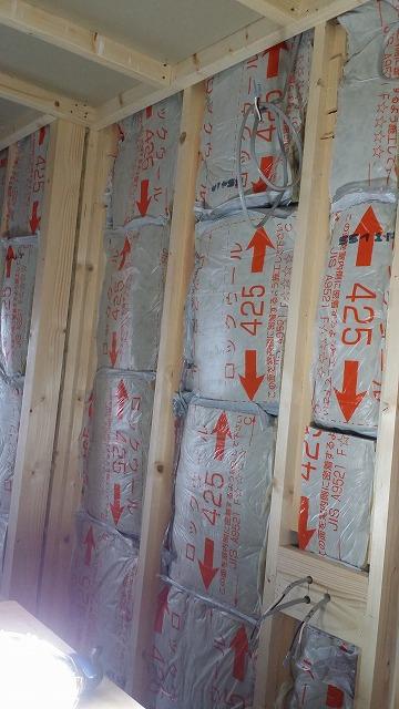 躯体の遮音補強後、防音室側の壁をつくっていきます。