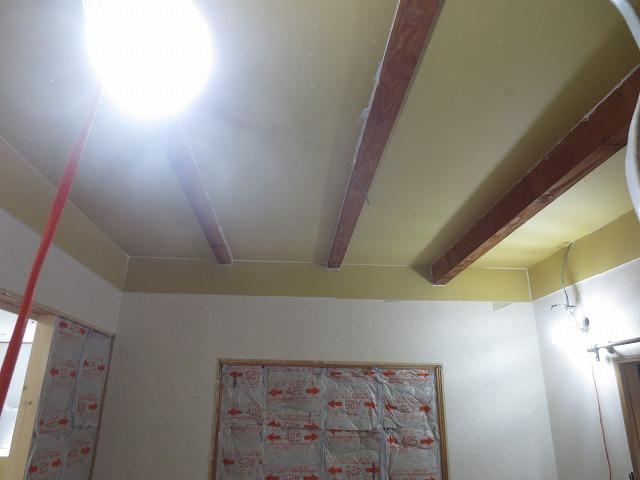 開口部の多いお部屋だったので断熱材を詰めて開口部を減らし遮音補強をします。