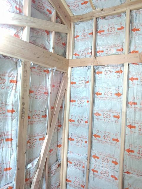 天井と壁には断熱材をつめて遮音補強です。