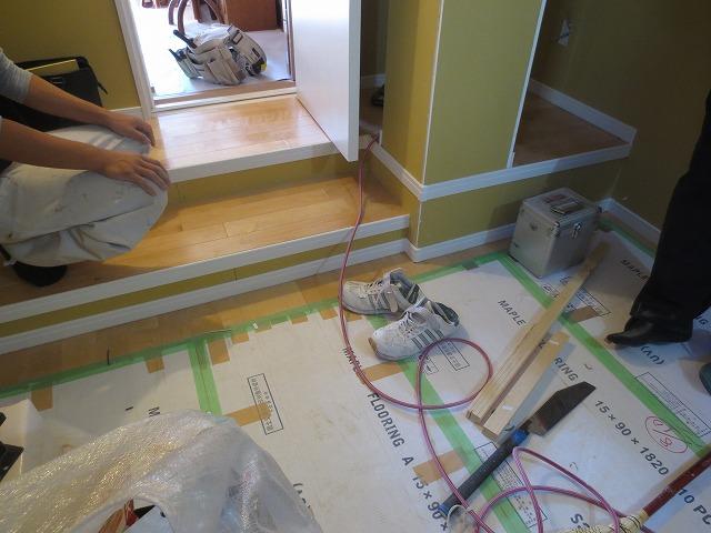 壁とドアは解体しますが、柱は建物の強度を考え残します。