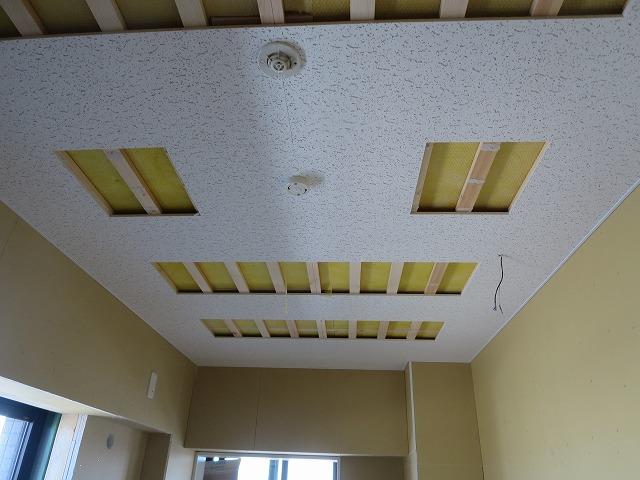 吸音天井をつくっています。