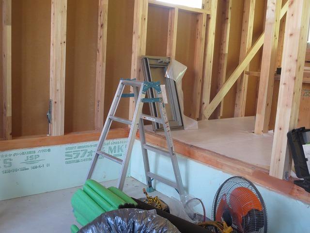 床は天井高確保のため一段さがります。