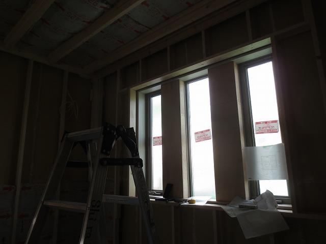 躯体の補強後、新しい柱を建てて防音室をつくっていきます。