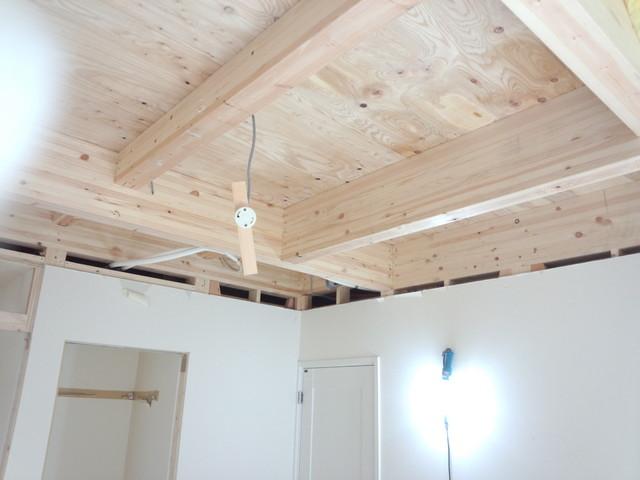 まずは天井の解体から始まります。