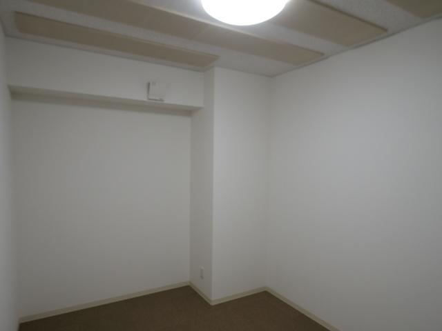 101号室の防音室です。 24時間好きな時におもいっきり音楽などを楽しめる空間です。