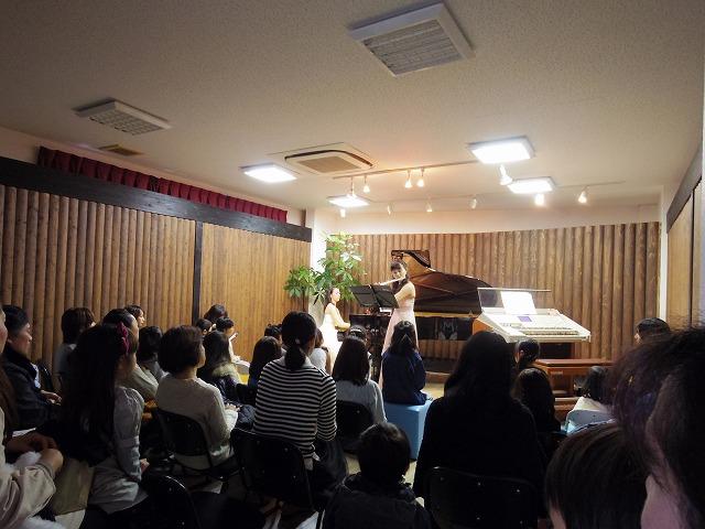 ピアノが酒井先生で、フルートが奥富先生です。