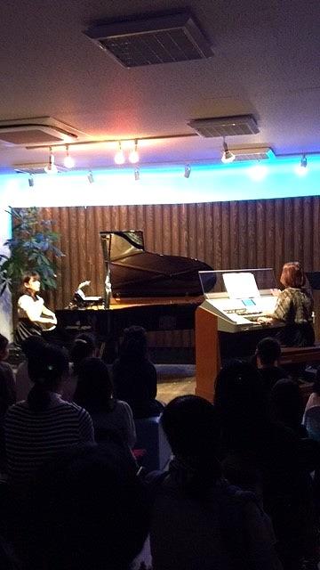 ピアノが廣岡先生で、ドリマトーンが各務先生です。