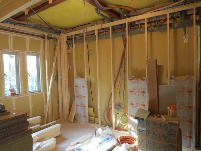 壁下地組です。なんとか年内完工に向けて。。。。職人さんには頑張ってもらっています。