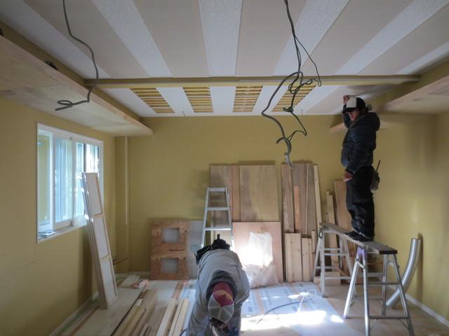 天井に吸音ネットパネルを取り付けています。これで遮音検査に合格すればドアの塗装とクロス工事で完了です。