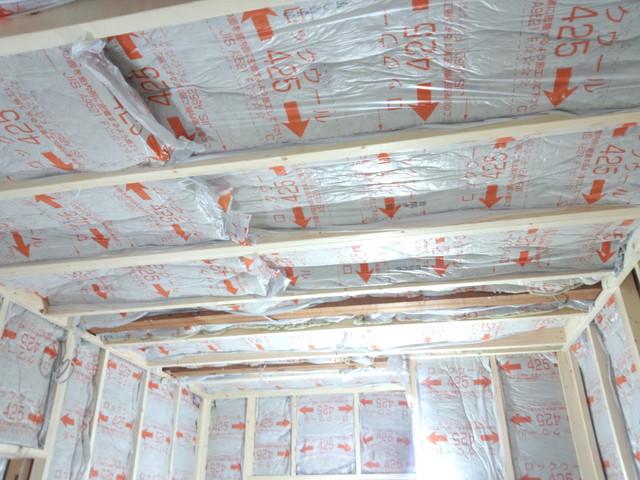 外部を補強して 浮き壁・浮き天井を作る工程に入ります。