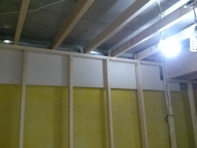 マンションのコンクリートの天井ぎりぎりに下地を組みます。一切コンクリートからは吊木などでつっていません。