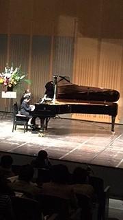 スタインウェイのピアノで演奏でした。