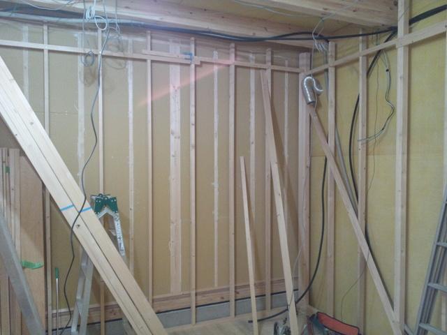 まずは既設の壁の遮音補強工事から入ります。PB12.5を4枚張り上げます。