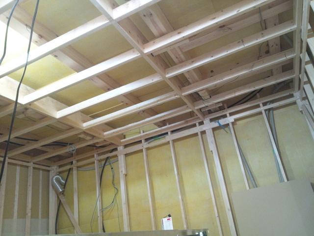 遮音天井と遮音壁の下地です。まったく既存の建物とは接触はしていません。