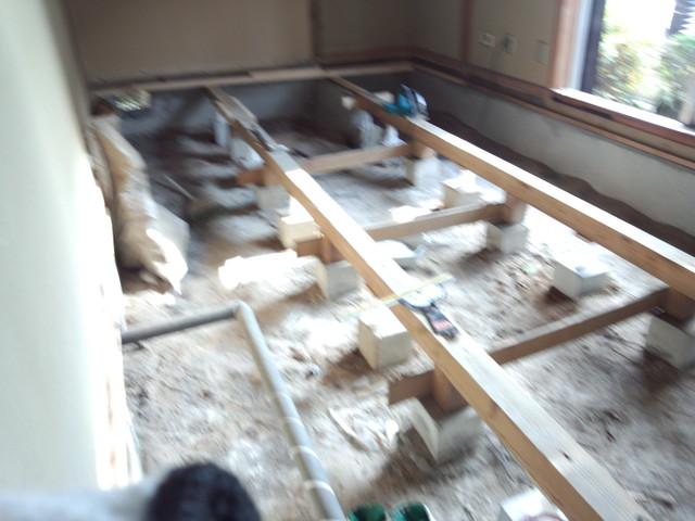 床の束の補強のため既存の床は解体します。
