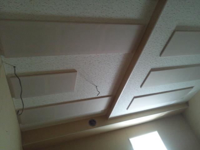 少しでも天井の高さが欲しいので 段差の天井になりました。