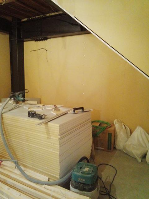 外壁回りの躯体の遮音工事が完了しました。これから内部の浮き壁を作ります。
