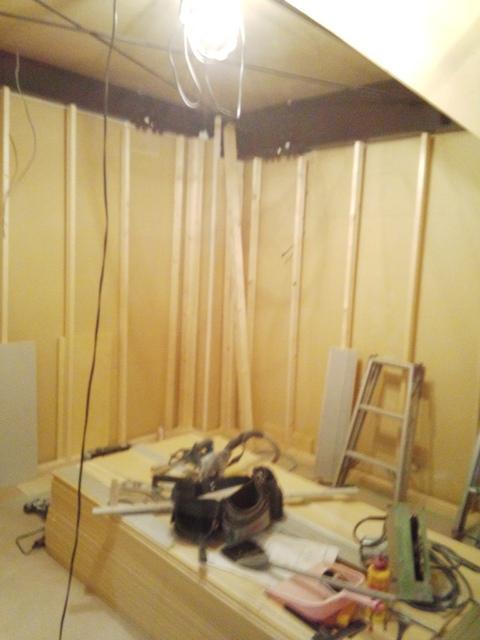 浮き壁の下地の造作が始まりました。